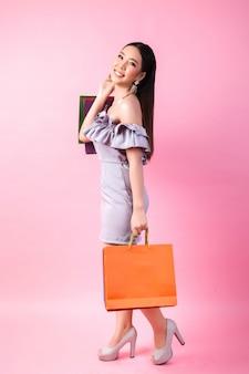 Belle femme asiatique avec sac à provisions
