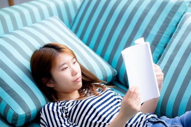 Belle femme asiatique se détendre mentir livre de lecture