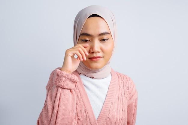 Belle femme asiatique se sentir triste isolé sur blanc