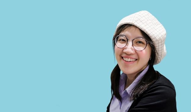 Belle femme asiatique souriante avec espace de copie