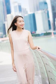 Belle femme asiatique sourire et heureuse