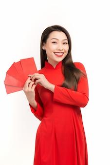 Belle femme asiatique tenant de l'argent de poche chanceux dans la nouvelle année lunaire. festivités, concept de célébration du nouvel an.