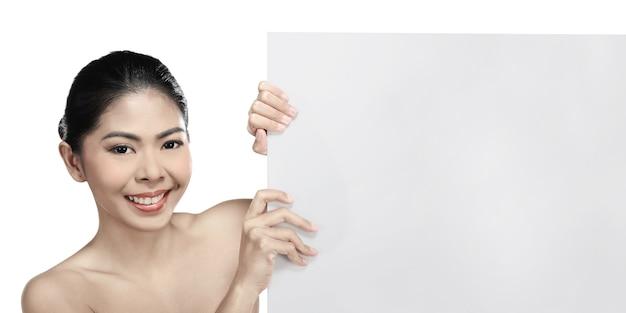 Belle femme asiatique tenant une bannière vierge