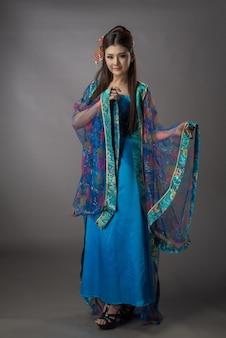 Belle femme asiatique vêtue d'une robe qipao chinoise