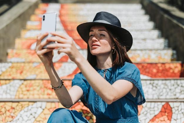 Belle femme assise à la 16th avenue tiled steps, san francisco