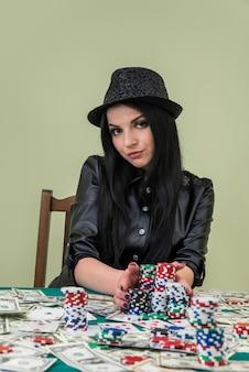 Belle femme au casino rassemblant son jackpot