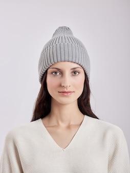 Belle femme au chapeau d'automne sur fond blanc. vêtements chauds d'automne