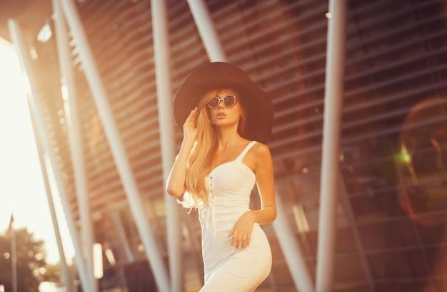 Belle femme au chapeau élégant