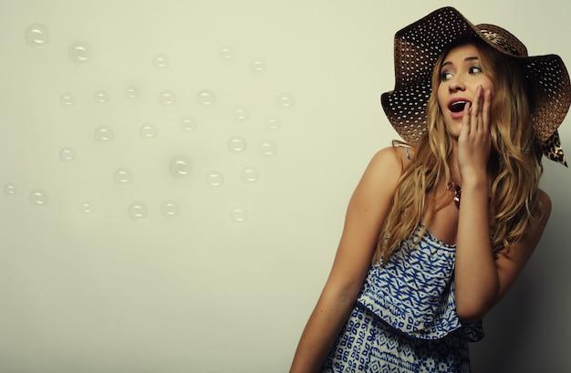 Belle femme au chapeau d'été de paille
