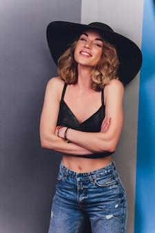 Belle femme au chapeau. mode rétro. fond sombre.