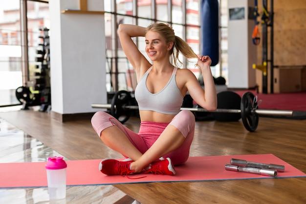 Belle femme au cours de fitness