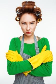Belle femme au foyer semble se tenir la main droite