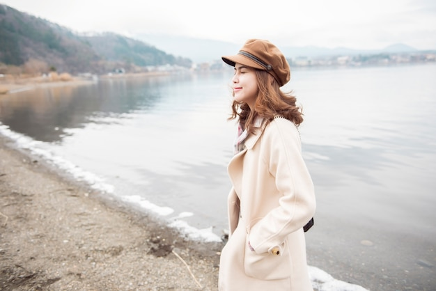 Belle femme au lac kawaguchiko, japon