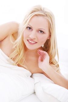 Belle femme au lit