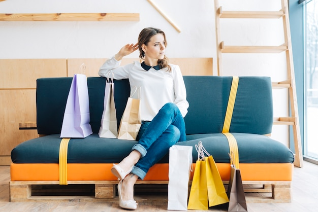 Belle femme au repos après le shopping