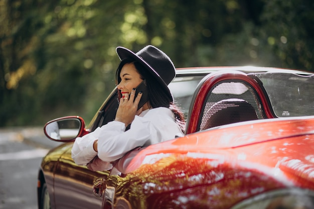 Belle femme au volant de cabrio rouge