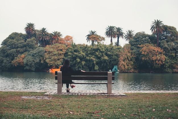 Belle femme automne feuilles d'automne sur fond de nature automne