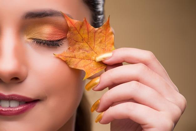 Belle femme avec automne feuilles sèches