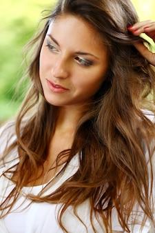 Belle femme aux cheveux bouclés