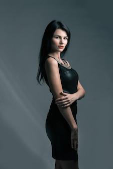 Belle femme aux lèvres rouges en petite robe noire