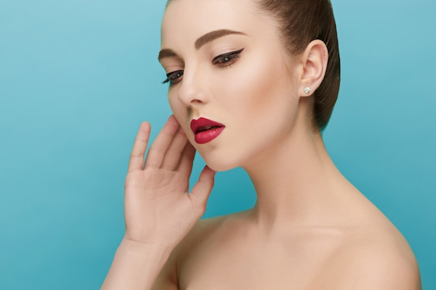 Belle femme aux lèvres rouges
