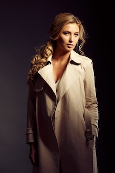Belle femme aux longs cheveux blonds en manteau de fourrure beige