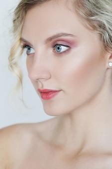 Belle femme aux yeux bleus