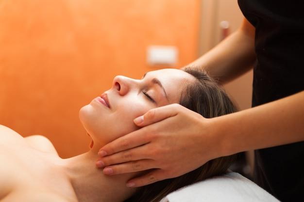 Belle femme avoir un massage