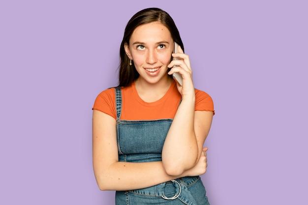 Belle femme ayant un appareil numérique d'appel téléphonique