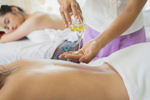 Belle femme ayant massage du dos et se sentir visiblement bien pendant le massage à l'huile.