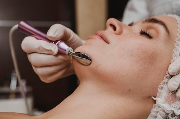 Belle femme ayant un traitement cosmétique au spa