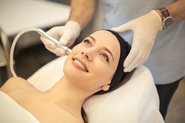 Belle femme ayant un traitement de la peau dans une clinique