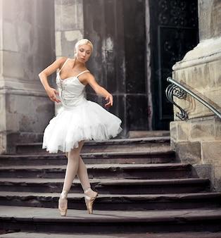 Belle femme de ballet dans les escaliers