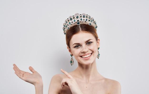 Belle femme beauté reine diadème boucles d'oreilles modèle maquillage