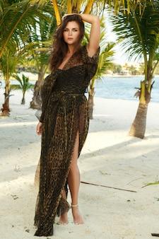 Belle femme en belle robe avec imprimé sauvage
