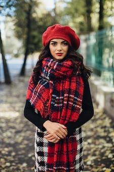 Belle femme en béret rouge