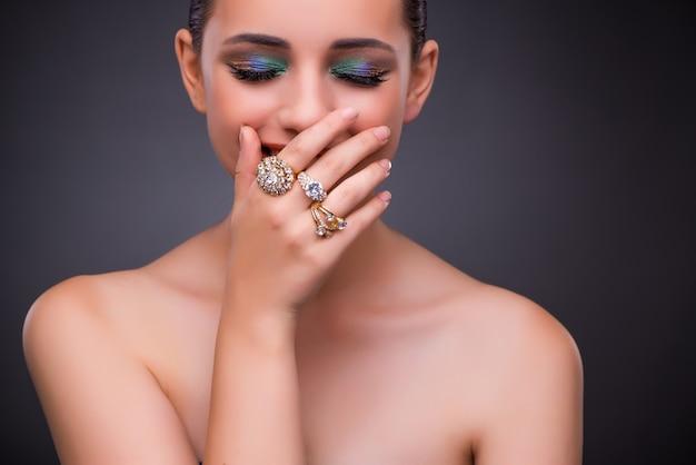 Belle femme avec des bijoux dans le concept de beauté