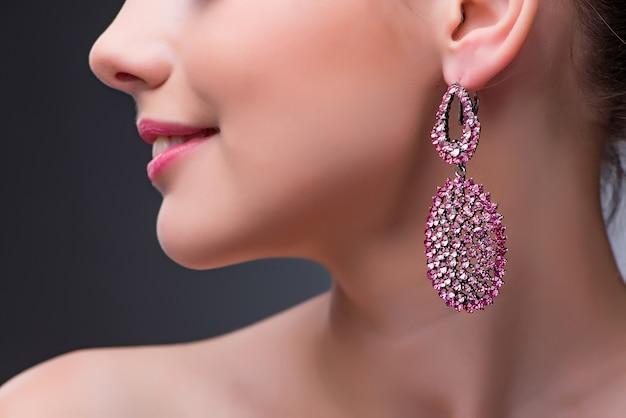 Belle femme avec des bijoux dans le concept de mode