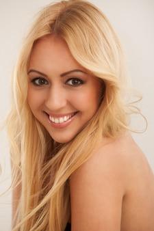 Belle femme blonde aux cheveux longs