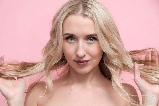Belle femme blonde aux épaules nues. concept de beauté, cosmétiques et soins de la peau