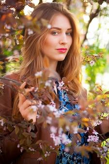 Belle femme blonde dans le parc par une chaude journée de printemps