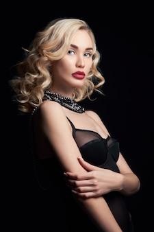 Belle femme blonde dans une robe noire