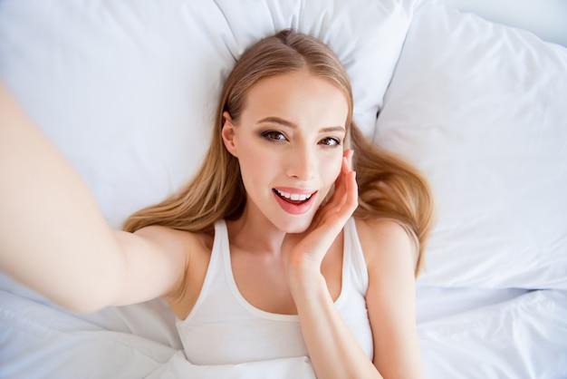 Belle femme blonde dans son lit