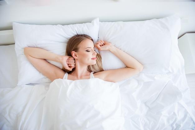 Belle femme blonde endormie