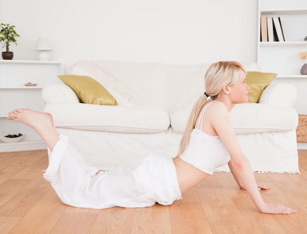 Belle femme blonde, faire des exercices de remise en forme