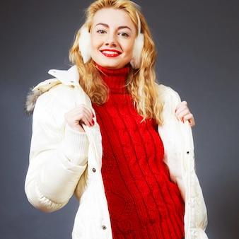 Belle femme blonde d'hiver