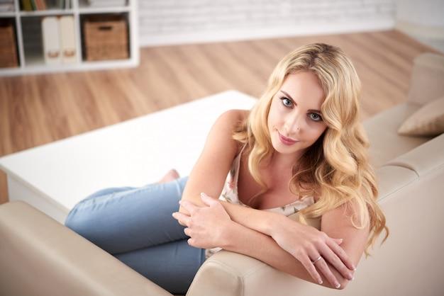 Belle femme blonde à la maison
