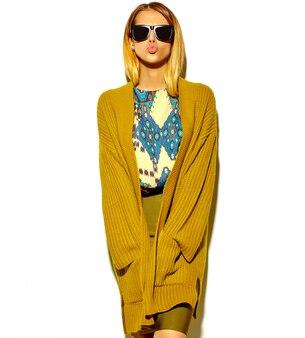 Belle femme blonde mignonne dans des vêtements hipster