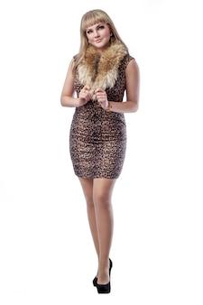Belle femme blonde mince vêtue d'une robe imprimée léopard. isolé
