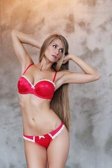 Belle femme blonde posant en sous-vêtements rouges